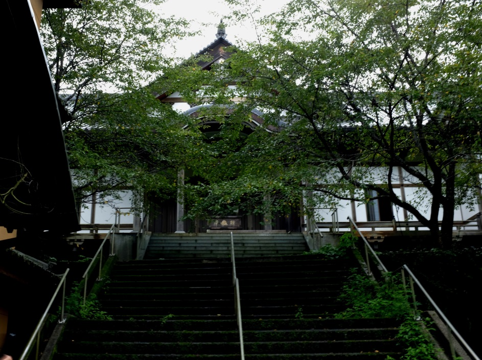 Haikyo temple hidden in the hills - Closed down due to scam operations, it has an otherworldly feel.